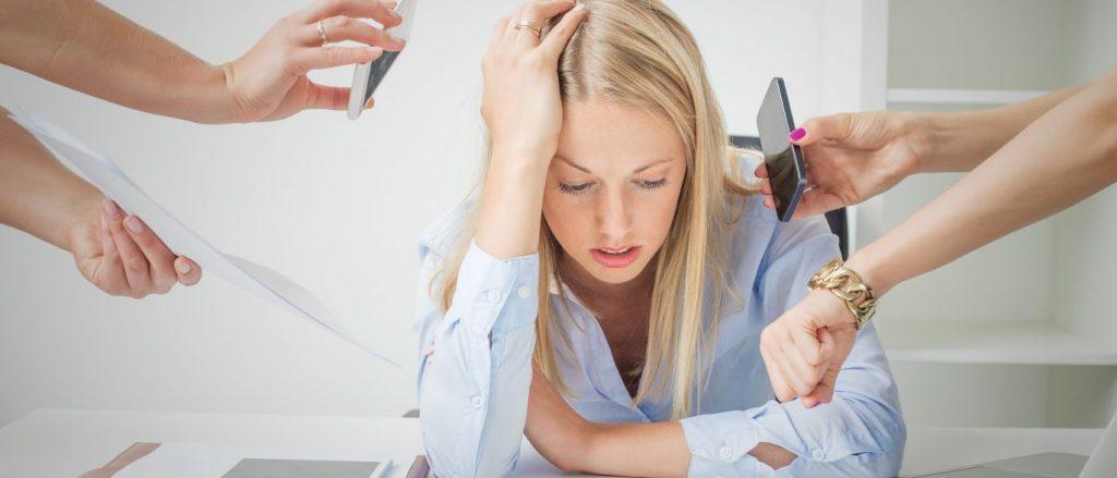 Mulher com ansiedade sofrendo